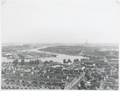 Zaandam. Gezicht vanaf het kantoor van Albert Heijn naar het zuidoosten gezien. Houthandel Pont op het eiland in de Zaan. Rechts de Havenbuurt en onderaan op de foto de           Russische Buurt.