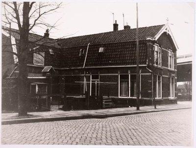 Koog aan de Zaan. Kerkstraat. Hoek Kerkstraat zuidkant - Raadhuisstraat gezien vanuit het zuid-oosten. Het pand is gesloopt omstreeks 1965.