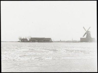 Zaandam. IJs in de Zaan. Op de achtergrond de Kalverkerk te Zaandam. Links het huisje van de overzetter.
