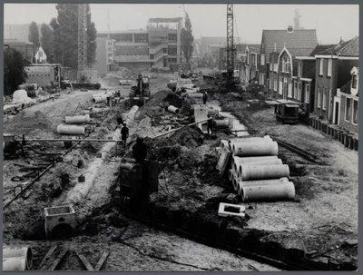 Zaandam. Riolerings-werkzaamheden op de Rozengracht. Achterzijde van de Hema en op de achtergrond nieuwbouw V&D