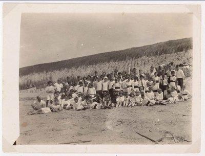Wormerveer Schoolfoto Gymnastiekvereniging Hercules/Hebe in 1928 dagje naar het strand.