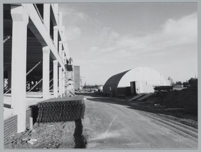 Zaandam Diederik Sonoyweg Bouw pand Duyvis. Duyvis fabriek, Diederik Sonoyweg nr. 17 neemt een modern gebouw in gebruik, Duyvis is onderdeel van Sara Lee/DE. De bouw heeft           1,5 jaar geduurd. De fabrieksnaam Duyvis begint in 1806 als een lid van de familie Duyvis oliemolen De Halve Maan koopt. 15 jaar later ontstond NV Oliefabrieken T. Duyvis Jz. In 1959 vierde           een nazaat van de familie Duyvis het 50-jarig zakenjubileum. De familie kreeg toen het predikaat Koninklijk en ging in dat jaar naar de beurs. Ook werd kort daarna oliefabriek De Toekomst           NV uit Wormerveer overgenomen in het AKZO-concern. Als gevolg van de fusie met Recter BV uit Veenendaal veranderde de naam in Duyvis Recter BV. Eind 1987 kwam Douwe Egberts kijken en maakte           van Duyvis een BV. terwijl Recter door CSM werd overgenomen. (uit krant Zaanse Gezinsbode 12-11-1991).