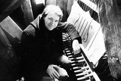 Beiaardier K. van Eersel achter het klavier van het stadhuiscarillon.
