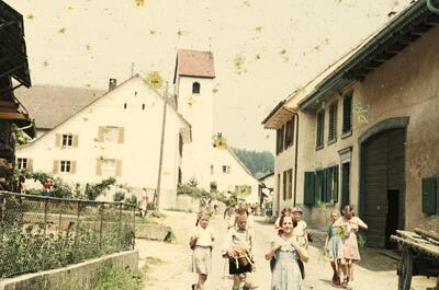 Fotografie   Exkursion, Dorfstrasse, Kirche