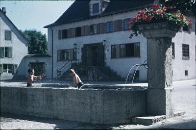 Muttenz, Gemeindehaus mit Brunnen