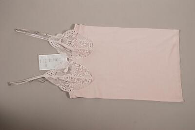 Träger-Unterhemd (Spaghetti Top), fliederfarben, hüftlang, anliegend und gerade, Spitzenbüste, kleine Atlasblüte, für Damen