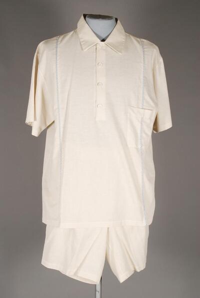 Halbleinener Schlafanzug, kurz, beige, Hemdkragen, Brusttasche und kurze Verschlussleiste, horizonal eingesetzte zweifarbige Kordelpaspel, für Herren