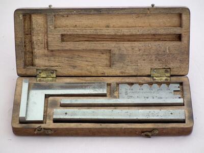 Set mit Messgeräten zum Vergleichen in Holzschachtel