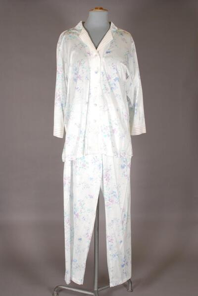 Leichter Schlafanzug mit feinem Blumendruck und Bandspitze, für Damen