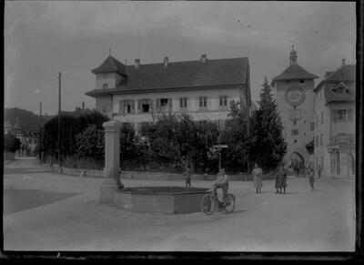 Vorstadtplatz mit Brunnen und Fenningerspital