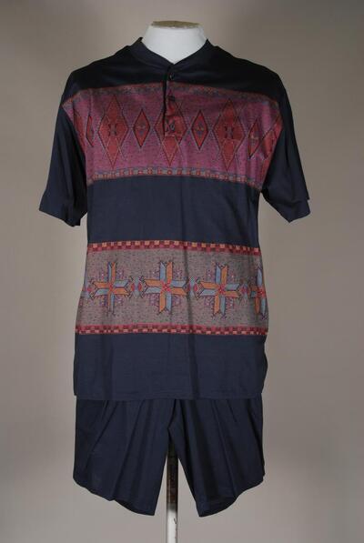 Kurzer Schlafanzug, Bündchenabschluss mit kurzer Knopfleiste, dunkelblau mit buntem Jacquardmuster, für Herren