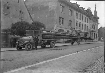 Holztransporter in der Delsbergerstrasse