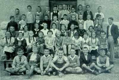 Fotografie (Dia)   4. + 5. Klasse, Primar, Jahrgang 1924-25 mit Lehrer Wiesner