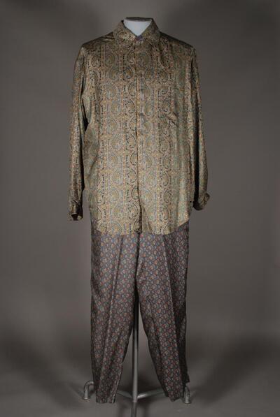 Seidener Schlafanzug, Hemdkragen, Manschetten, gerundete Saumkante, Hose und Oberteil unterschiedlich gemustert, für Herren