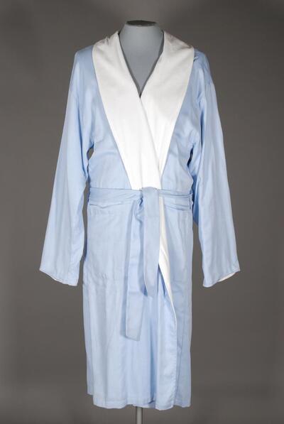 Morgenmantel / Bademantel (Robe), hellblau, wadenlang, langarm, Webstoff mit Frottierfütterung, Schalkragen, Bindegürtel, seitliche Taschen, für Herren