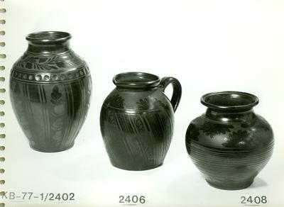 Fekete kerámia /váza, egy füles fazék, öblös váza/