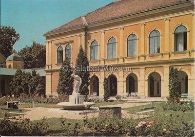 Balatonfüred. Kisfaludy Stróbl Zsigmond (1884-1975): Gyík c. szobra