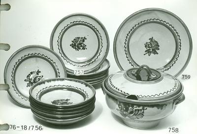 Erdélyi mély tányér, nagy leveses tál fedővel, tányérok