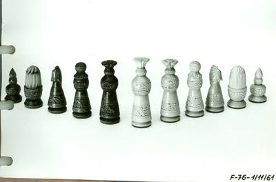 Faragás /sakk figurakészlet, virágmegoldású figurákkal/