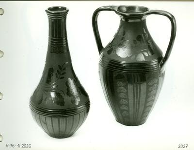 Fekete kerámia /szűknyakú hosszú váza és két füles váza/