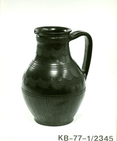 Fekete kerámia /egy füles váza/