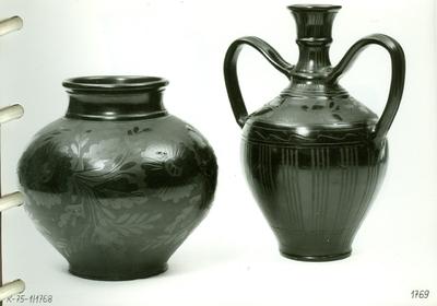 Fekete kerámia /öblös váza, kétfülű váza/