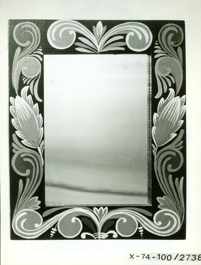 Festett keretű tükör