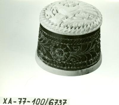 Faragás /szaru faragott doboz páros tetővel/