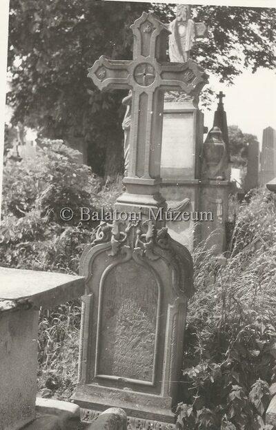 Síremlék a Szent Miklós temetőben