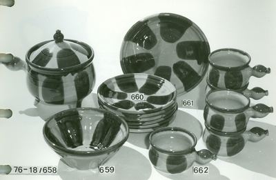 Kerámia /kuglófsütő alakú tál, lapos tányér, lapos tál, leveses bögre/