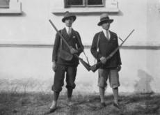 Férfiak vadászöltözetben, vadászpuskával