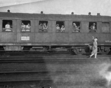 Vonaton utazó hölgyek