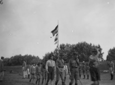 Cserkészek zászlórúdnál