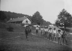 Kürtszóval vonuló cserkészcsapat