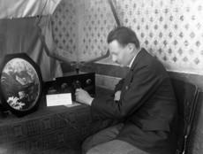 Férfi rádiókészülék előtt