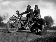 Férfiak motorkerékpárral