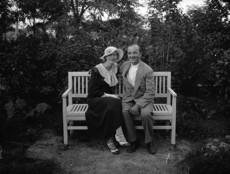 Kerti padon ülő pár