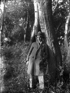 Erdőben álló férfi egészalakos képe