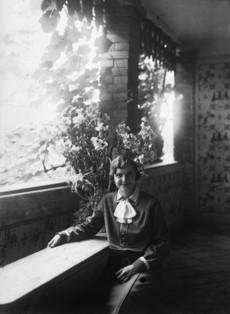 Tornácon ülő nő portréja