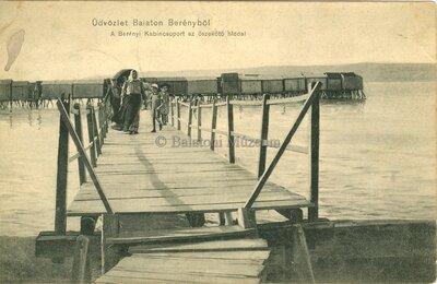 Üdvözlet Balatonberényből. A berényi kabincsoport az összekötő híddal