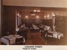 Makrapipa étterem terített asztalai, fénykép