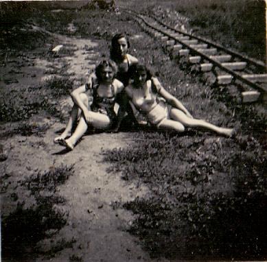 Asszonyok a téglagyári kisvasút mellett