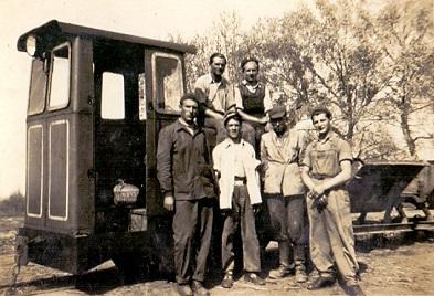 Téglagyári ipari vasút az új mozdonnyal, csillével, munkások csoportjával