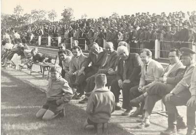 Martfűi vezetők, amikor a fociválogatott Martfűn volt, füves pálya avatása
