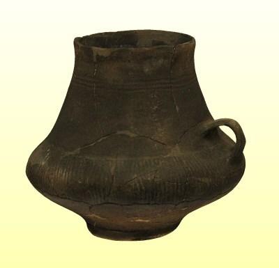 Egyfülű, talpas urna