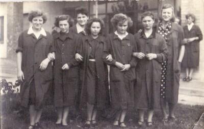 Munkásnők csoportja munkaköpenyben