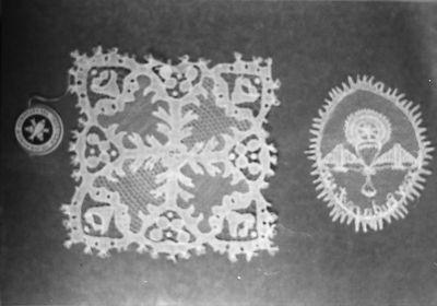 Halasi csipke: Négyzetes terítő és kongresszusi jelvény