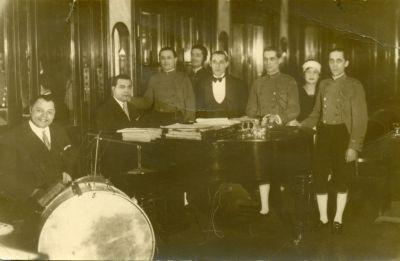 Zsiska Béla pincér a Margitszigeti Nagyszálló zenészeivel és dolgozóival, Budapest, 1930-as évek