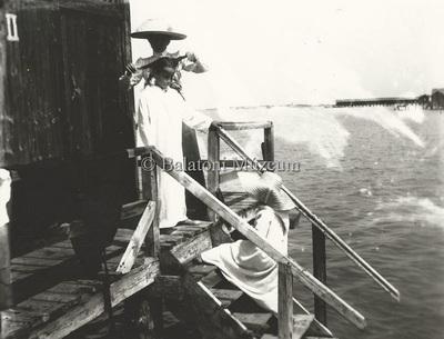 Fürdőzők és fürdőruhadivat a századfordulón