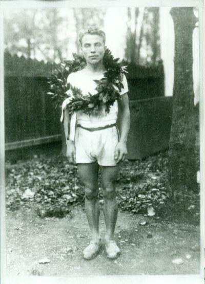 Király Pál maratoni futó, vendéglős bajnoki koszorúval, 1920-as évek